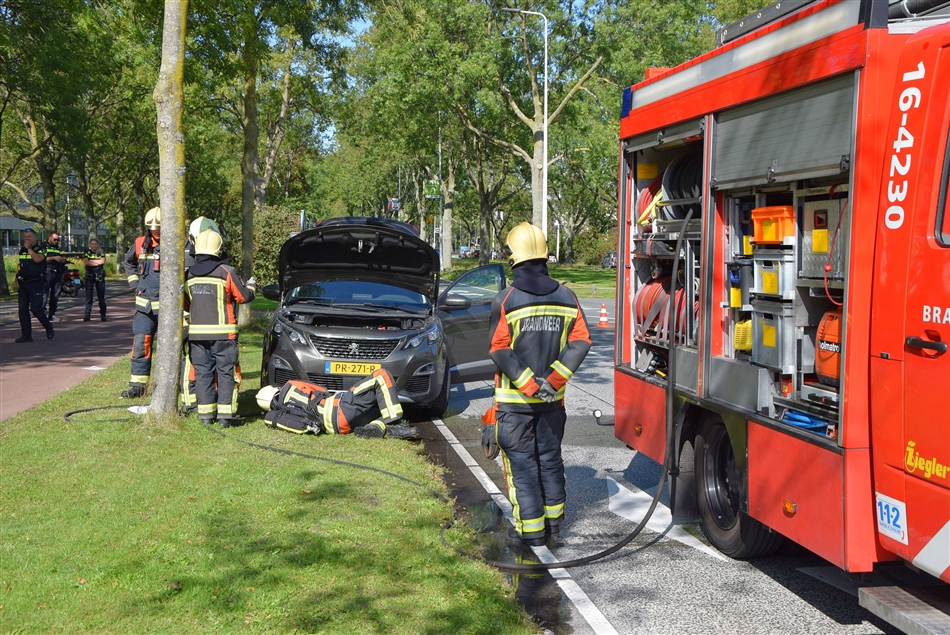 Auto vliegt in brand aan Churchilllaan